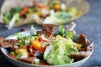 Salat mit lauwarmem Ofengemüse