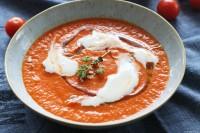 Aromatische Suppe aus geröstetem Ofen-Gemüse