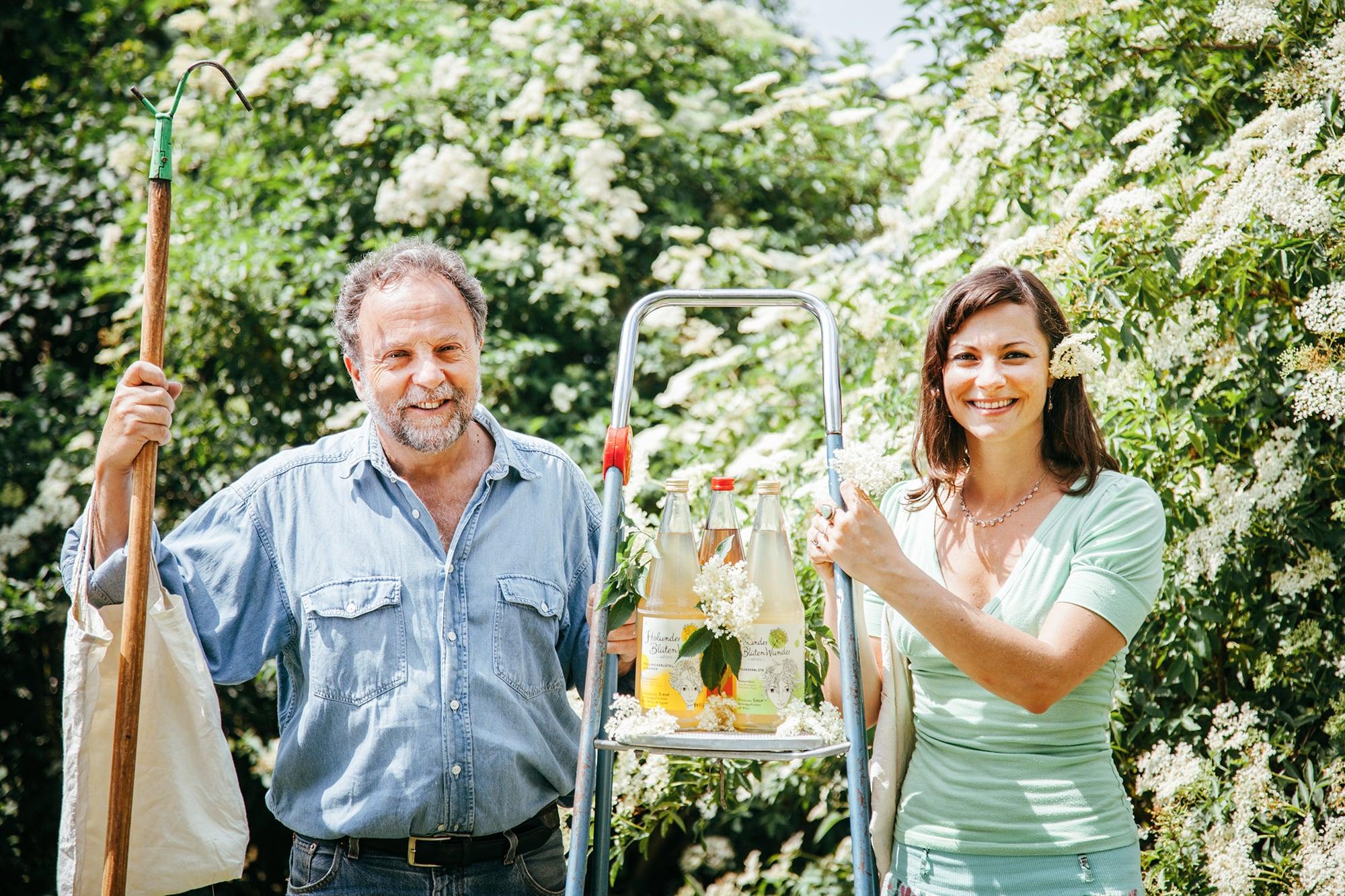 Vater-und-Tochter-mit-Flaschen-und-Blu-tenfjyycINHheubg