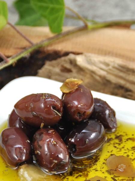 Schwarze Bio Oliven - ohne Stein - in Olivenöl mit Kräutern und Knoblauch