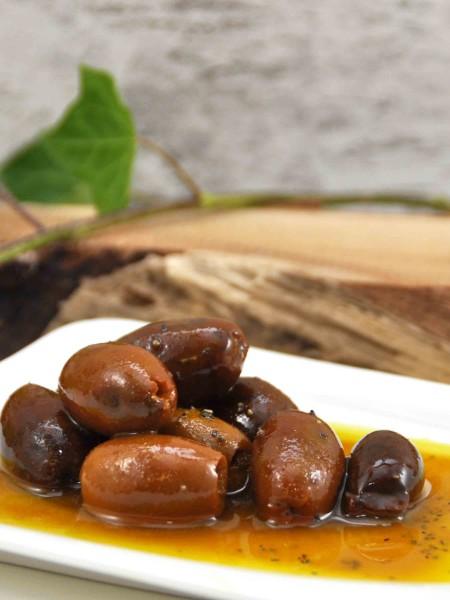 eingelegte Kalamata Bio Oliven in Olivenöl mit Kurkuma und Pfeffer