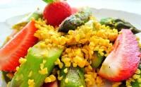 Proteinreicher Erdbeer-Spargel-Salat